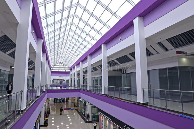 Intérieur d'un centre commercial moderne avec un toit en verre à Moscou image libre de droits