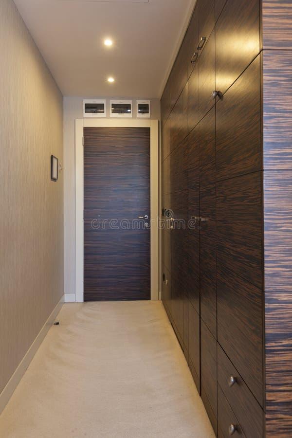 Intérieur d'un couloir en appartement moderne images libres de droits