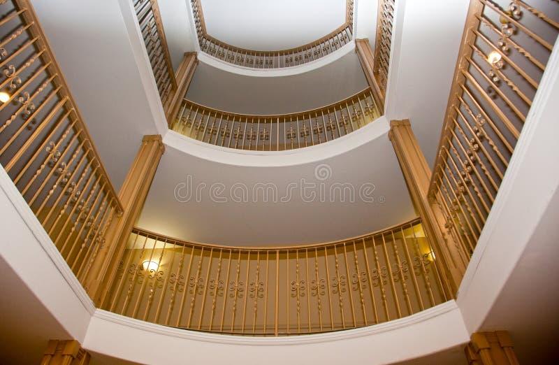 Intérieur d'un escalier de lobby image stock