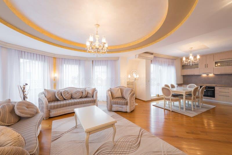 Intérieur d'un luxe, plan ouvert, appartement, salon image stock