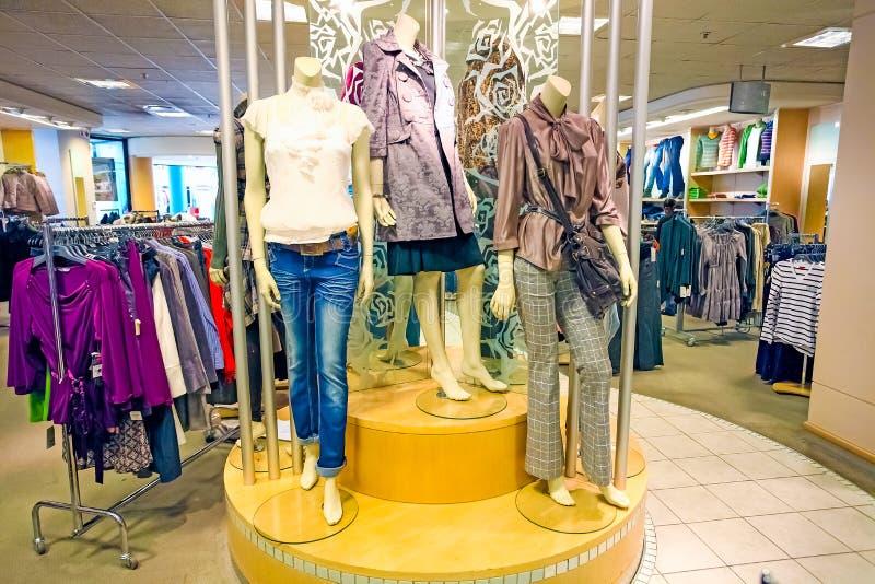 Intérieur d'un magasin de détail de vêtements de mode images libres de droits