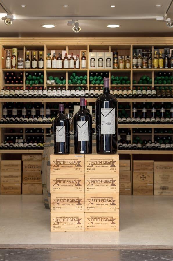 Intérieur d'un magasin de vin dans Saint Emilion en France St Emilion est l'une des principales régions de vin rouge du Bordeaux  photos stock