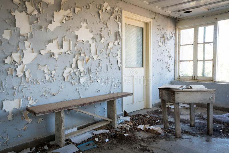 Intérieur d'un sale une salle abandonnée photographie stock libre de droits