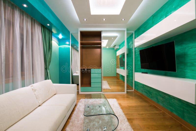 Intérieur d'un salon vert moderne avec le plafonnier de luxe image stock