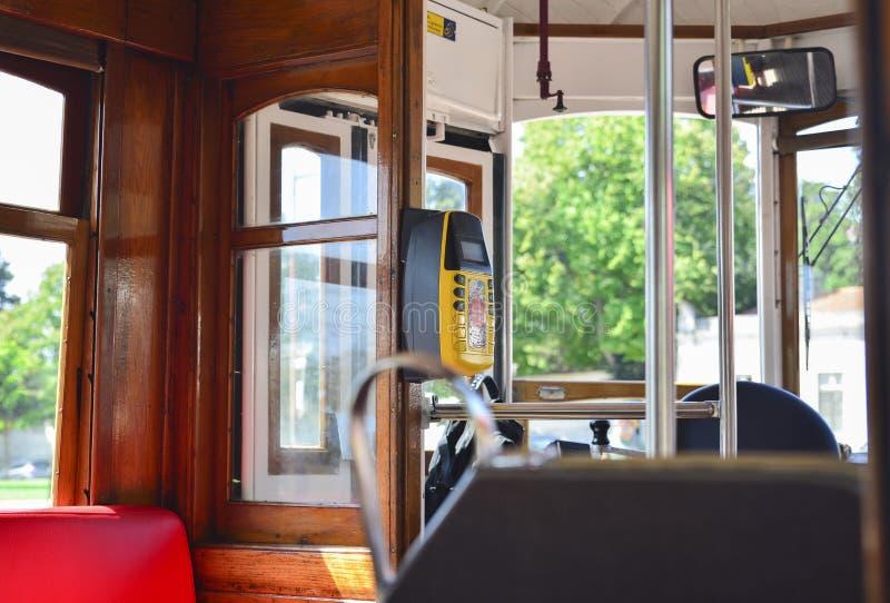 Intérieur d'un vieux tram jaune célèbre 28 d'ascenseur photographie stock libre de droits