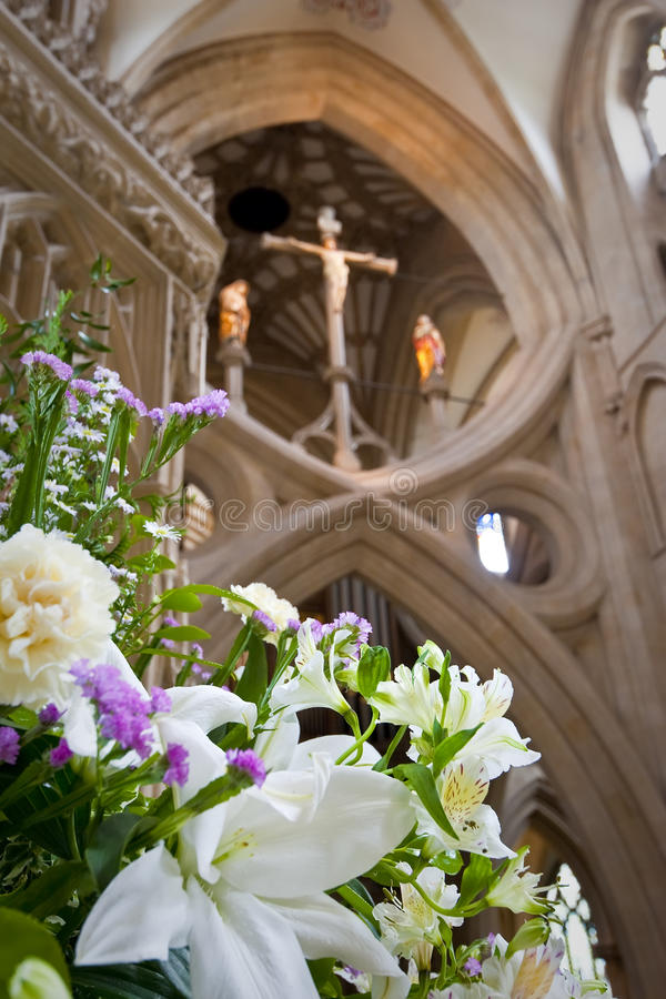 Intérieur d'une belle cathédrale gothique de puits images stock