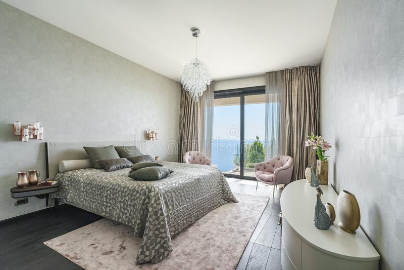 Intérieur d'une chambre à coucher légère spacieuse dans une villa de luxe image stock