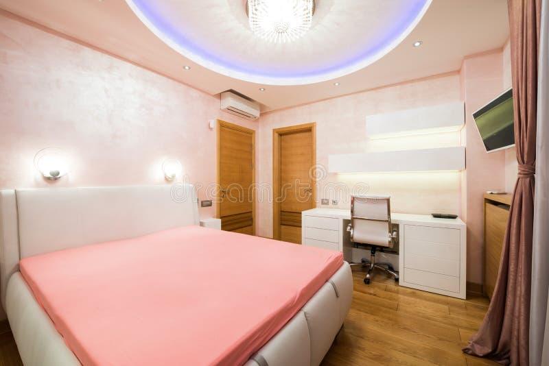 plafond chambre a coucher amazing chambre coucher dans le luxe maison avec plafond de plateau. Black Bedroom Furniture Sets. Home Design Ideas