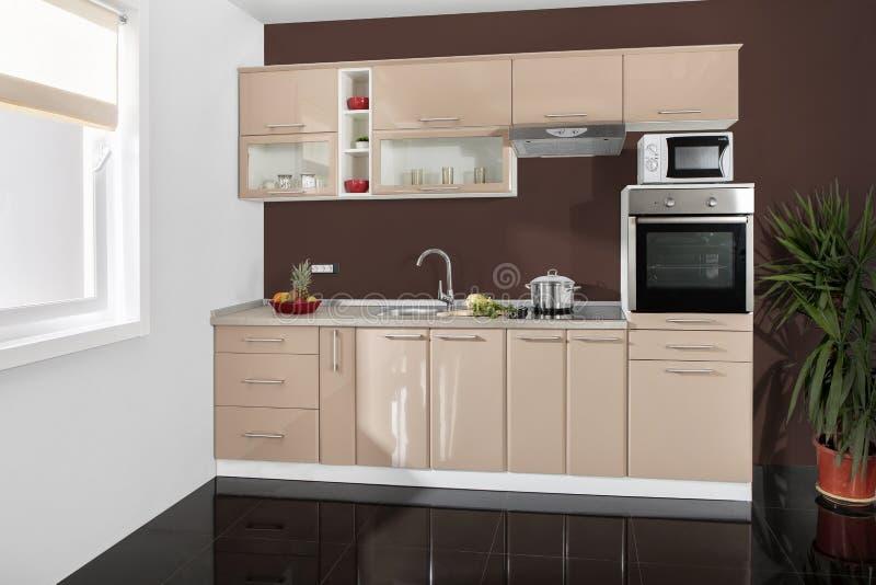 Intérieur d'une cuisine moderne, meubles en bois, simple et propre photographie stock libre de droits
