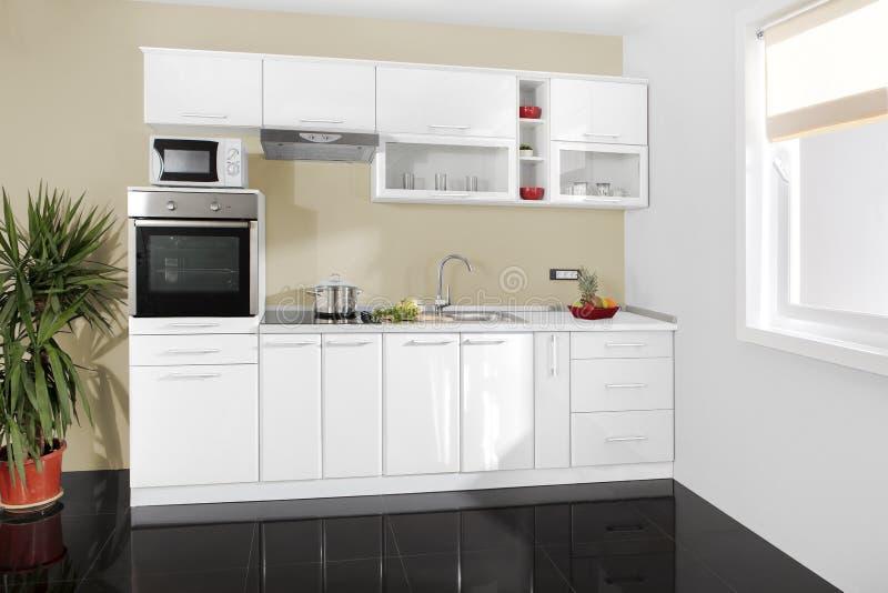 Intérieur d'une cuisine moderne, meubles en bois, simple et propre images stock