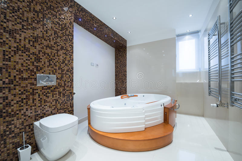 Intérieur d'une salle de bains de luxe moderne avec la baignoire de jacuzzi images libres de droits