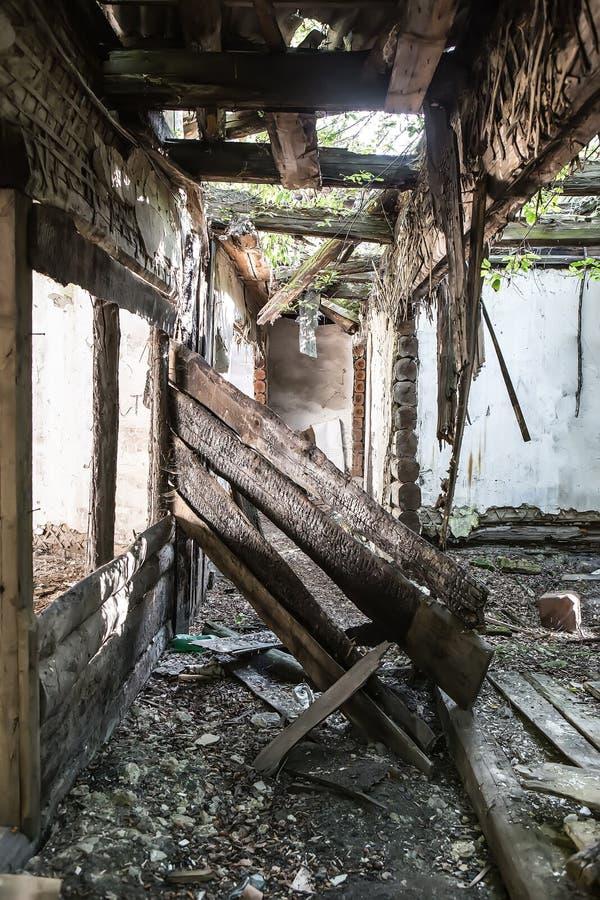 Intérieur d'une vieille maison en bois images stock