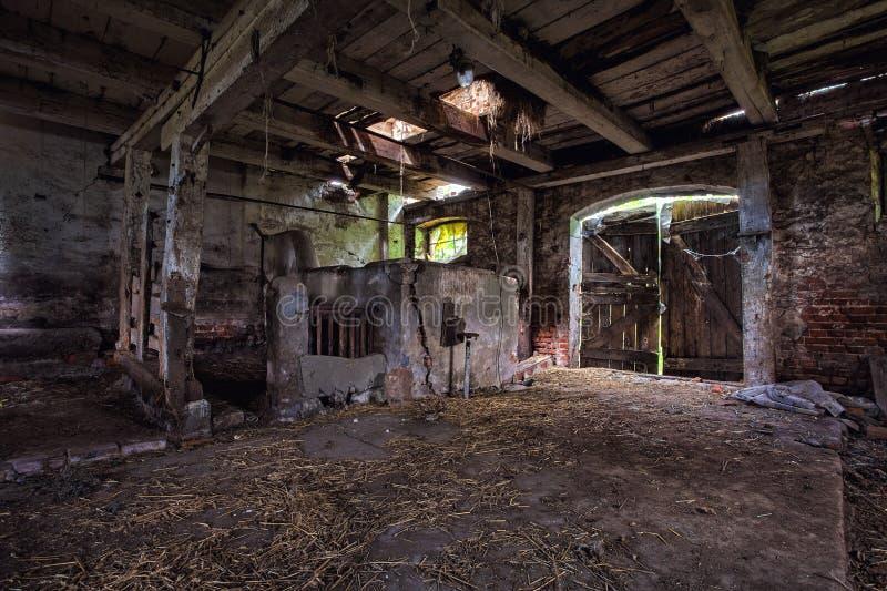Intérieur d'une vieille, se délabrante grange. photo stock