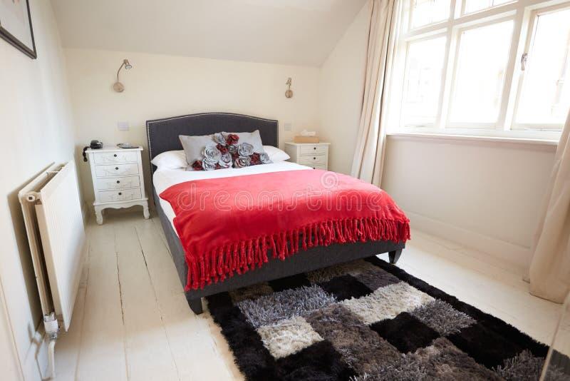 Intérieur de belle chambre à coucher contemporaine image stock