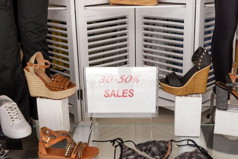 Intérieur de boutique de mode des chaussures et des vêtements de femmes photos libres de droits