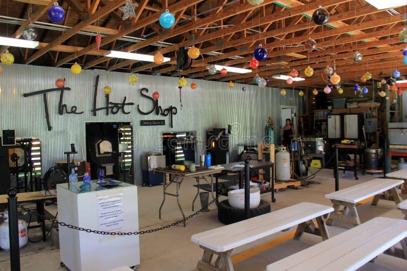 Intérieur de boutique de soufflement en verre où les gens peuvent prendre des leçons, Art Center côtier, plage orange, Alabama, 2 images stock