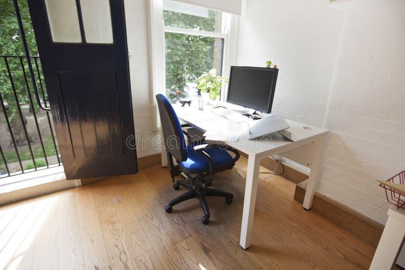 Intérieur de bureau avec l'ordinateur sur le bureau photo stock