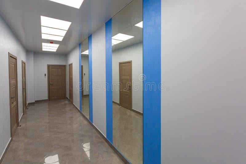 Intérieur de bureau typique - couloir vide - sans meubles après construction, révision, retouche, reconstruisant image libre de droits
