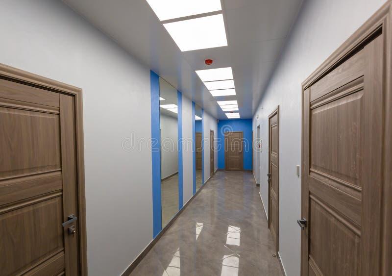 Intérieur de bureau typique - couloir vide - sans meubles après construction, révision, retouche, reconstruisant photographie stock libre de droits