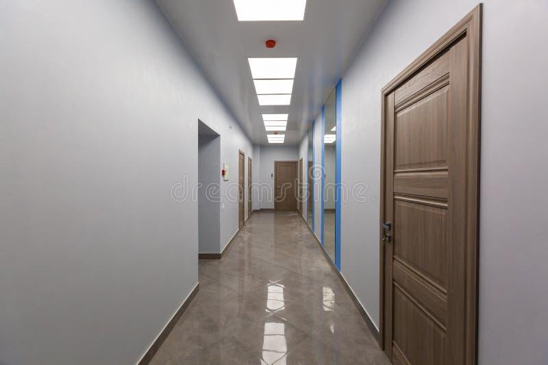 Intérieur de bureau typique - couloir vide - sans meubles après construction, révision, retouche, reconstruisant photos stock