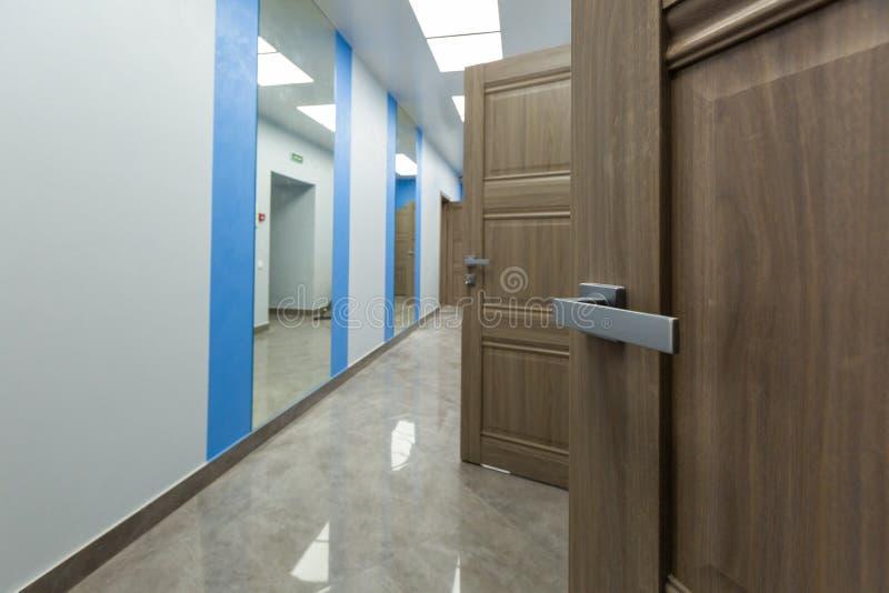 Intérieur de bureau typique - couloir vide - sans meubles après construction, révision, retouche, reconstruisant images libres de droits