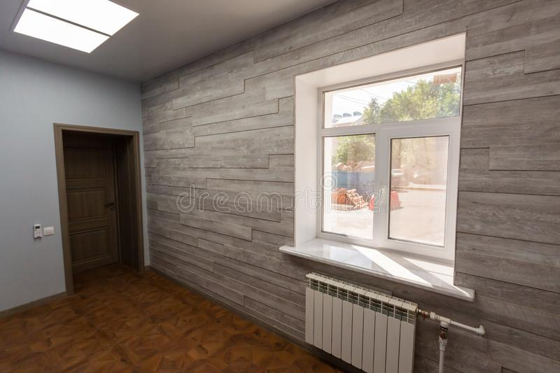 Intérieur de bureau typique - pièce vide - sans meubles après construction, révision, retouche, reconstruisant, maison images libres de droits