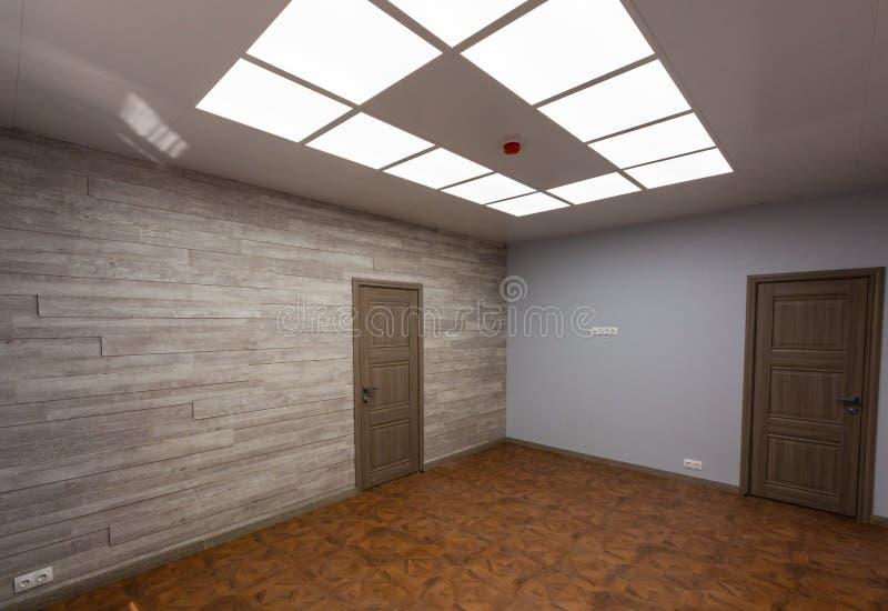 Intérieur de bureau typique - pièce vide - sans meubles après construction, révision, retouche, reconstruisant, maison photographie stock