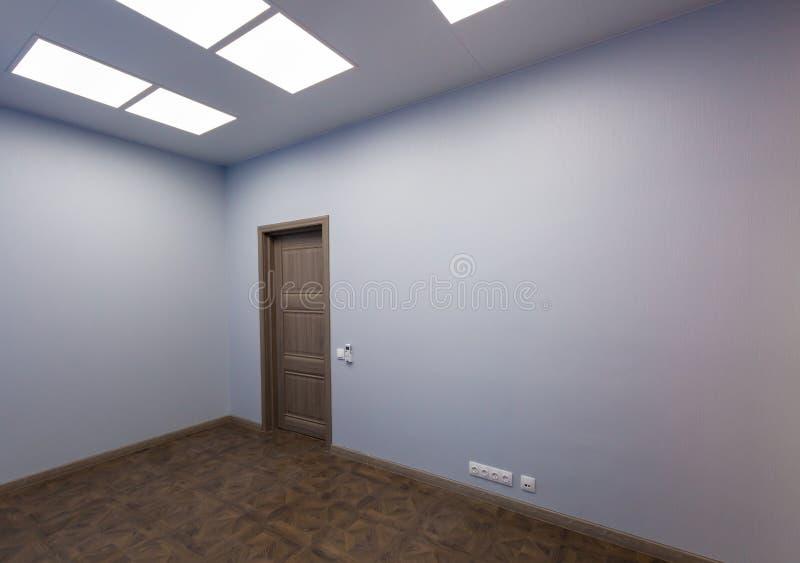 Intérieur de bureau typique - pièce vide - sans meubles après construction, révision, retouche, reconstruisant, maison photo stock