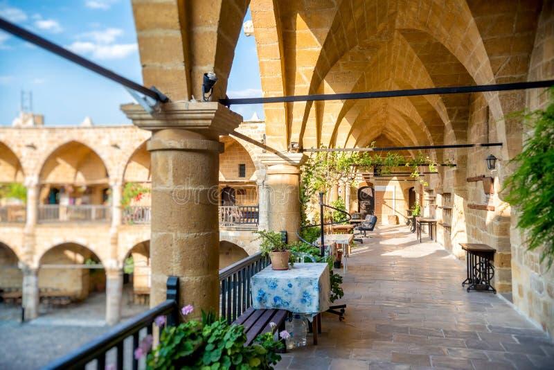 Intérieur de Buyuk Han (la grande auberge) de caravansérail Nicosia, Chypre photo libre de droits