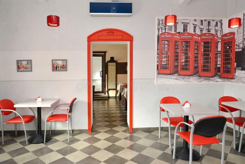 Intérieur de café moderne dans des tons de rouge et de lumière images libres de droits