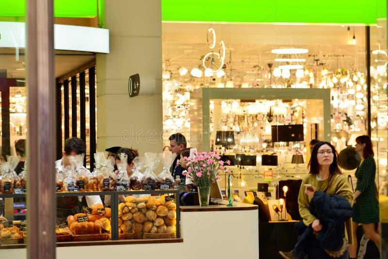 Intérieur de centre commercial moderne Arkadia photo stock