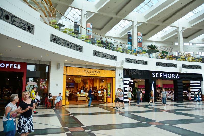 Intérieur de centre commercial moderne Galeria Arkadia photos libres de droits