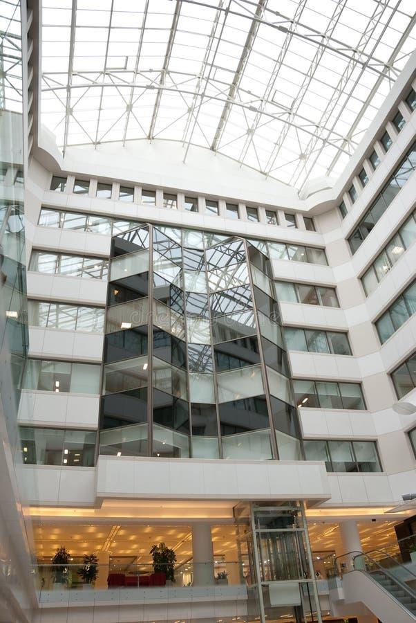 Intérieur de centre moderne de commerce et de bureau photographie stock