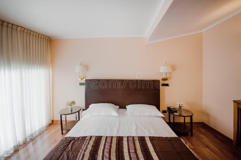 Intérieur de chambre à coucher avec le lit et l'oreiller photo stock