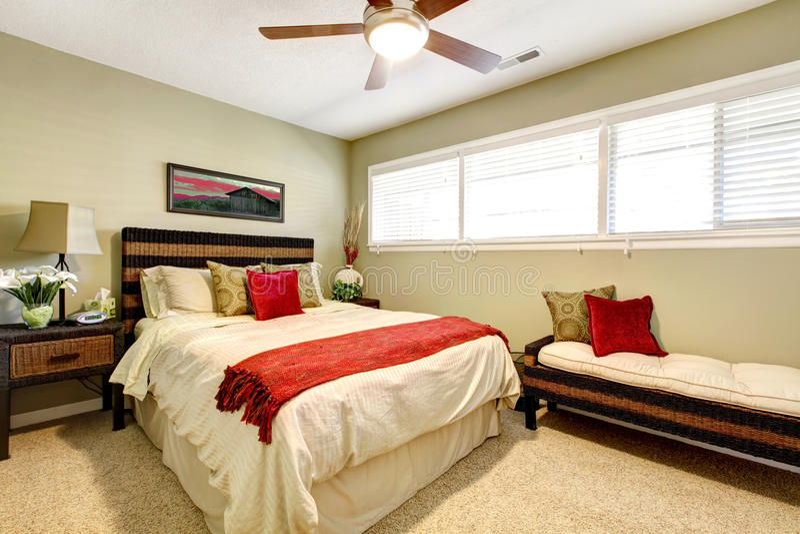 Intérieur de chambre à coucher avec le rouge et le vert, photographie stock libre de droits