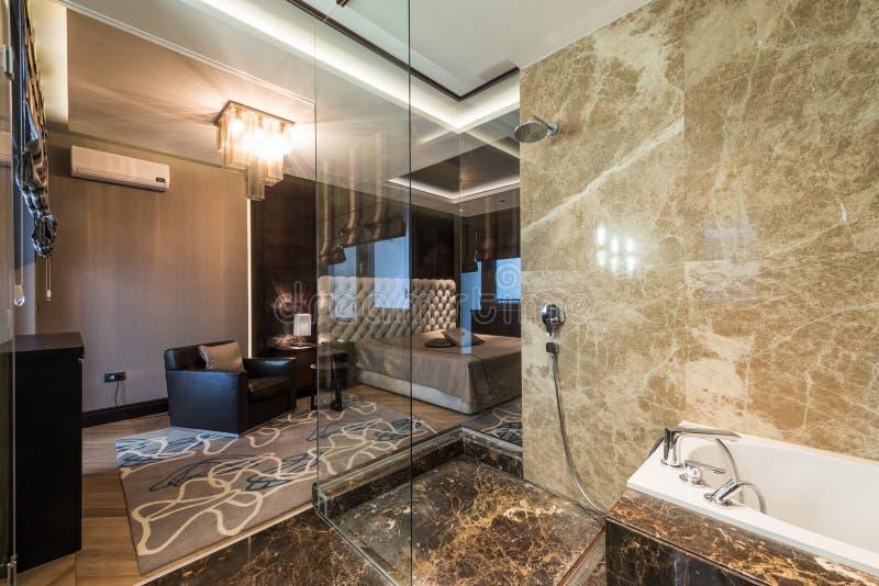 Intérieur de chambre à coucher principale avec la salle de bains de luxe image stock