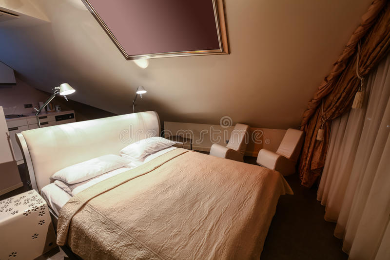 Intérieur de chambre d'hôtel moderne de luxe avec la cuisine photographie stock