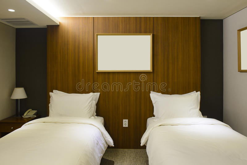 Intérieur de chambre d'hôtel de lit jumeau photo libre de droits