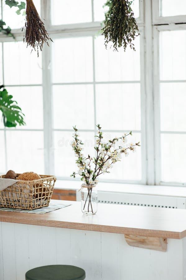 Intérieur de cuisine avec l'île, l'évier, les Cabinets, et les planchers en bois dur images stock