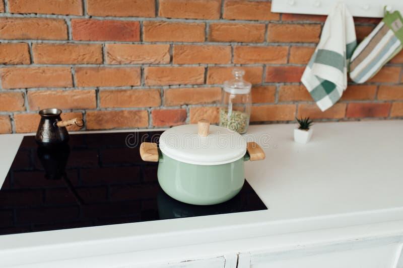 Intérieur de cuisine avec l'île, l'évier, les Cabinets, et les planchers en bois dur image libre de droits