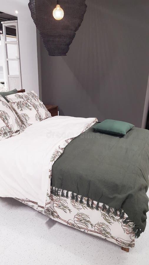 Intérieur de détail de chambre à coucher avec le lit mou vert blanc confortable photo libre de droits