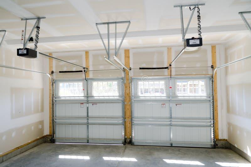 Intérieur de garage de deux véhicules photos libres de droits