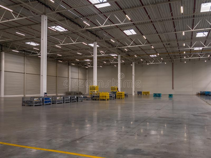 Intérieur de grand garage moderne vide d'entrepôt photo libre de droits