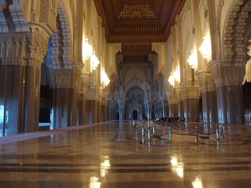 Intérieur de grand Mosquee Hassan II, réflexion de lumières sur le plancher photographie stock libre de droits
