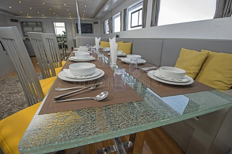 Intérieur de grande salle à manger de salon de yacht de luxe de moteur photos stock