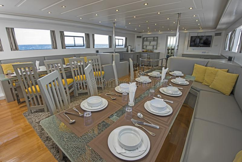 Intérieur de grande salle à manger de salon de yacht de luxe de moteur photographie stock