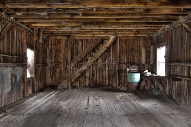 Intérieur de grange abandonnée images stock