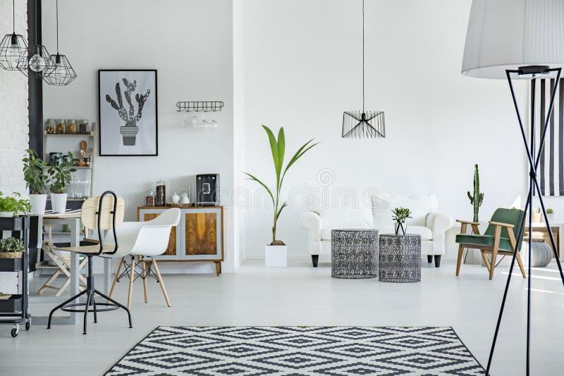 Intérieur de grenier dans le style scandinave photo stock