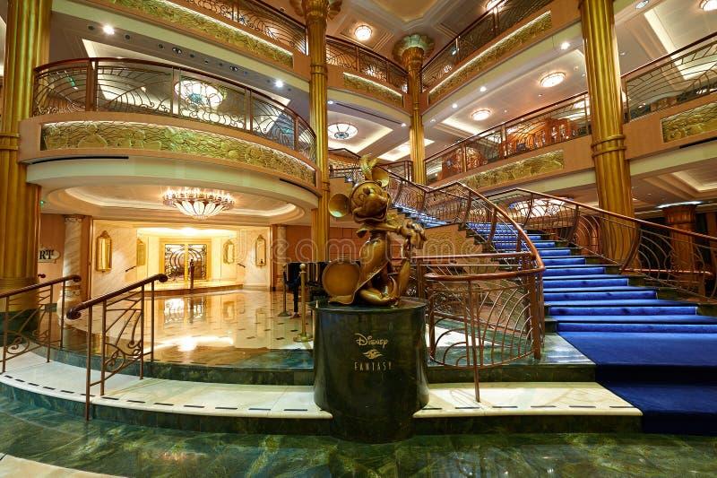 Intérieur de hall principal dans le bateau de croisière de Disney photographie stock libre de droits