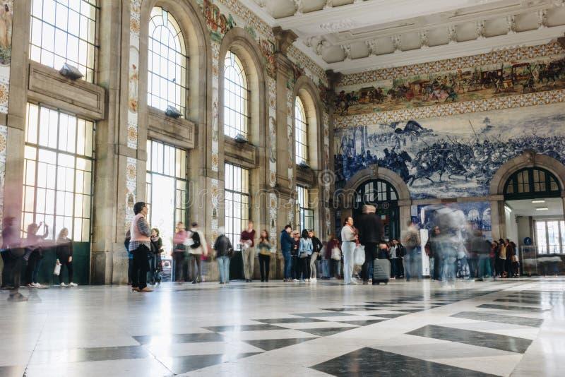 Intérieur de hall principal de sao Bento Railway Station à Porto photographie stock